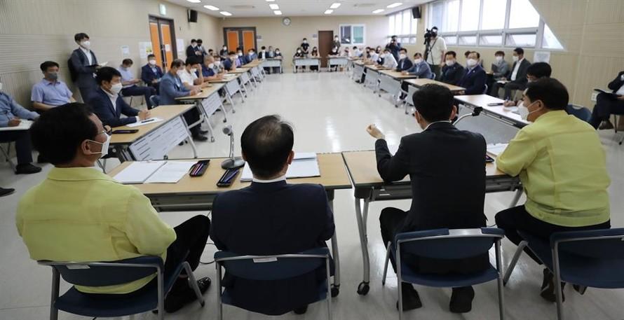 Các quan chức từ Bộ Tư pháp và Văn phòng Quận Jincheon ở tỉnh Bắc Chungcheong tổ chức một cuộc họp với cư dân tại một trung tâm cộng đồng trong quận, hôm 25/8, để giải thích quyết định của chính phủ về việc đưa người Afghanistan sơ tán tại một trung tâm đào tạo trong khu vực. Ảnh: Yonhap