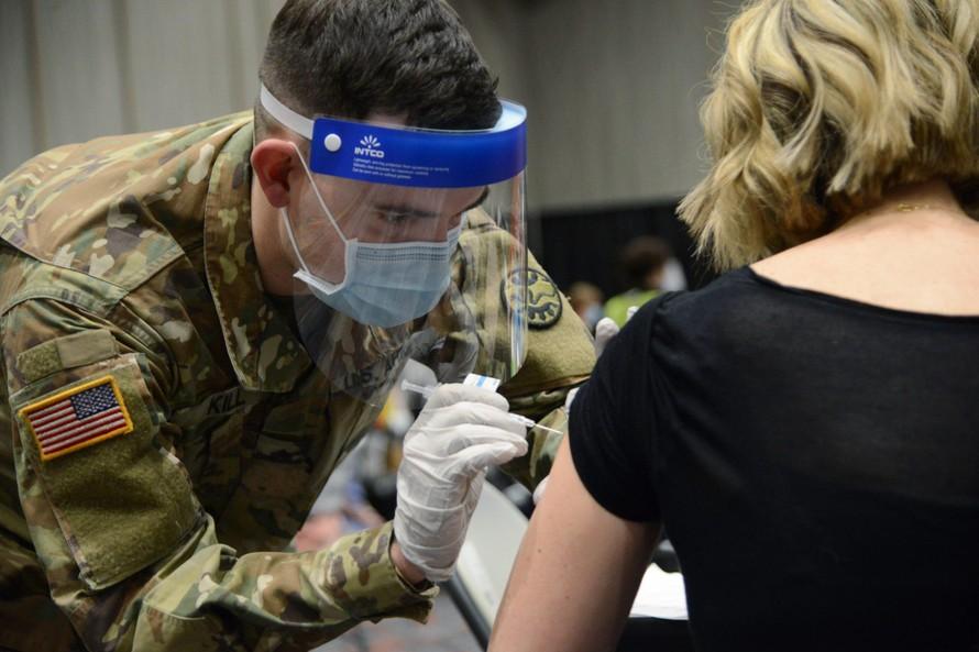 Binh sĩ Mỹ có mặt trong chương trình tiêm (Ảnh: Airforcemag)