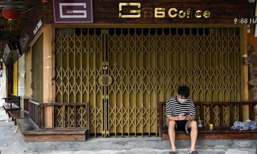 Bên ngoài một quán cà phê đóng cửa do các biện pháp giãn cách tại Việt Nam. Ảnh: Thanh Huệ/Reuters