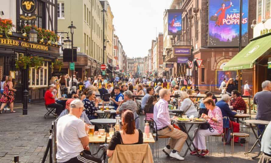 Phố Old Compton, Soho vào đầu tháng này. 60% người dân London tin rằng thành phố sẽ phục hồi sau đại dịch. Ảnh: Vuk Valcic