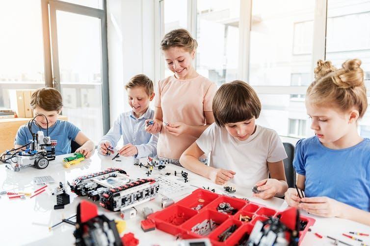 """Việc """"dán nhãn"""" đồ chơi xây dựng """"không dành cho trẻ em gái"""" có thể gây trở ngại cho việc khuyến khích các bé gái tham gia vào lĩnh vực STEM."""