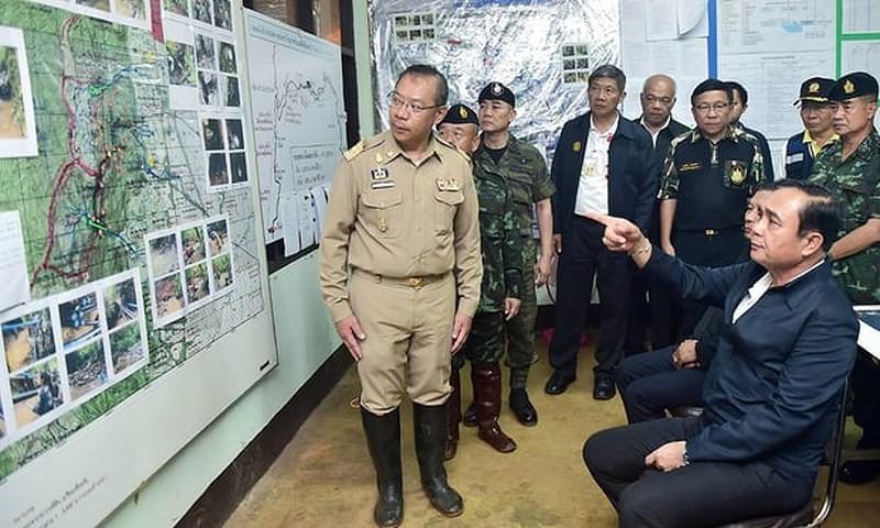 Thủ tướng Prayut Chan-o-cha quan sát bản đồ hang động Tham Luang. Ảnh: EPA