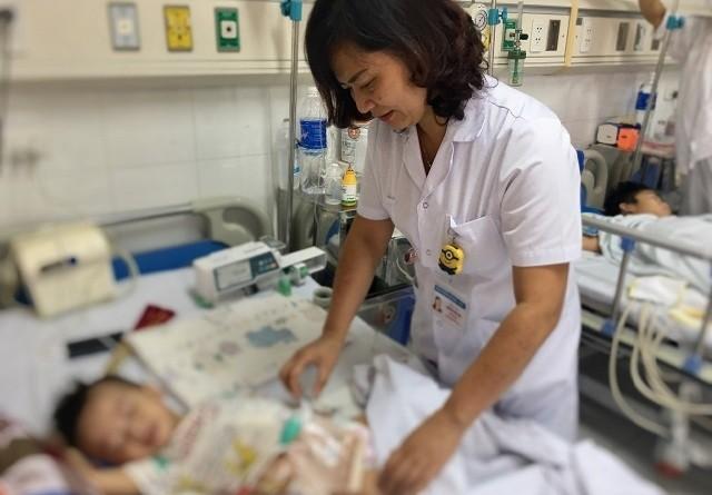 Bệnh nhi ổn định sau ca phẫu thuật cắt ruột có ấu trùng giun - Ảnh: Báo Nhân Dân