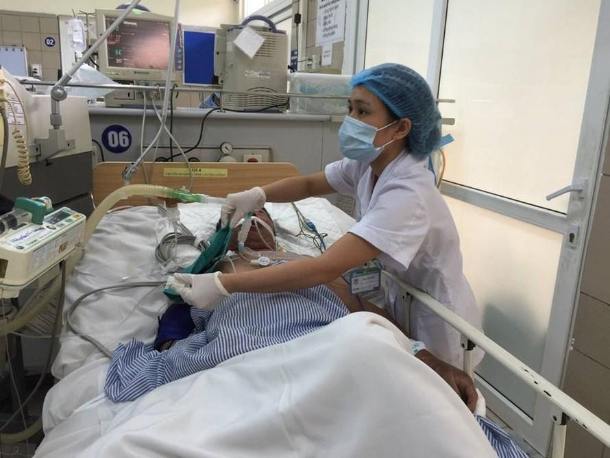 Bệnh nhân ngộ độc rượu đang điều trị tại Trung tâm Chống độc, Bệnh viện Bạch Mai. Ảnh: Mai Thanh