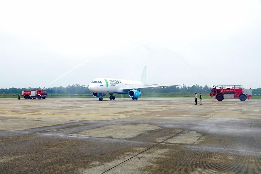 Nghi lễ phun vòi rồng trang trọng chào đón chuyến bay Hà Nội - Vinh của Bamboo Airways