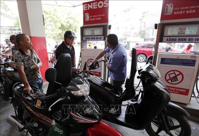Mua bán xăng, dầu tại một cửa hàng xăng dầu ở Hà Nội. Ảnh: Trần Việt/TTXVN