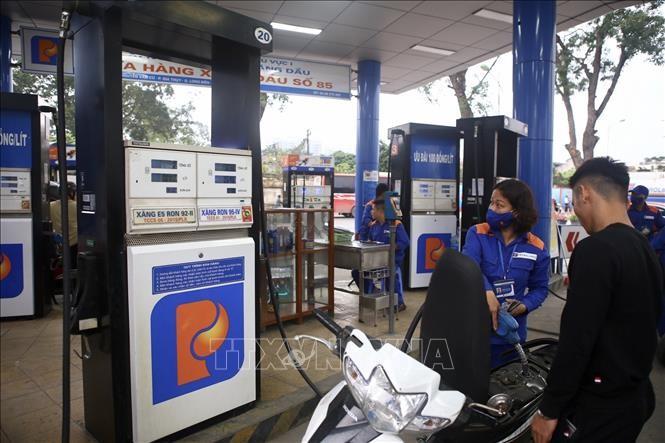 Khách đến mua xăng tại cửa hàng xăng dầu số 85 (Công ty xăng dầu khu vực I), Nguyễn Văn Cừ, Gia Thụy, Long Biên, Hà Nội. Ảnh: Minh Quyết/TTXVN