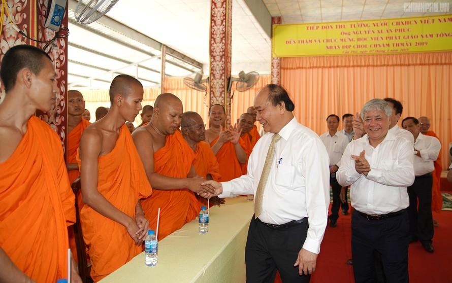 Thủ tướng Nguyễn Xuân Phúc chúc tết Chôl Chnăm Thmây Học viện Phật giáo Nam tổng Khmer. ảnh VGP/Quang Hiếu
