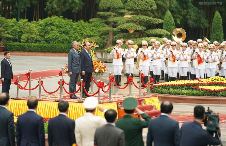 Thủ tướng Nguyễn Xuân Phúc chủ trì Lễ đón Thủ tướng Malaysia Mahathir Mohamad. Ảnh VGP/Quang Hiếu