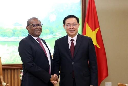 Phó Thủ tướng Vương Đình Huệ và Đại sứ Nam Phi Mpetjane Kgaogelo Lekgoro - Ảnh: VGP/Thành Chung