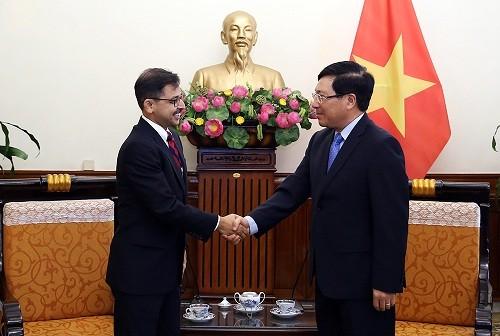 Phó Thủ tướng Phạm Bình Minh và Đại sứ Ấn Độ Pranay Verma - Ảnh: VGP/Hải Minh