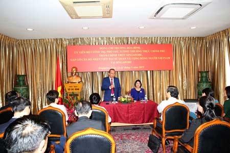 Phó Thủ tướng Trương Hòa Bình nói chuyện thân mật với cán bộ, nhân viên Đại sứ quán và đại diện cộng đồng người Việt Nam tại Singapore. Ảnh: VGP/Lê Sơn