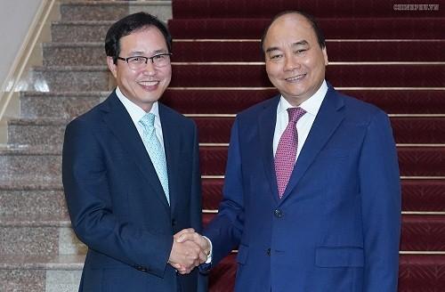 Thủ tướng Nguyễn Xuân Phúc và ông Choi Joo Ho, Tổng Giám đốc Tổ hợp Samsung tại Việt Nam - Ảnh: VGP/Quang Hiếu