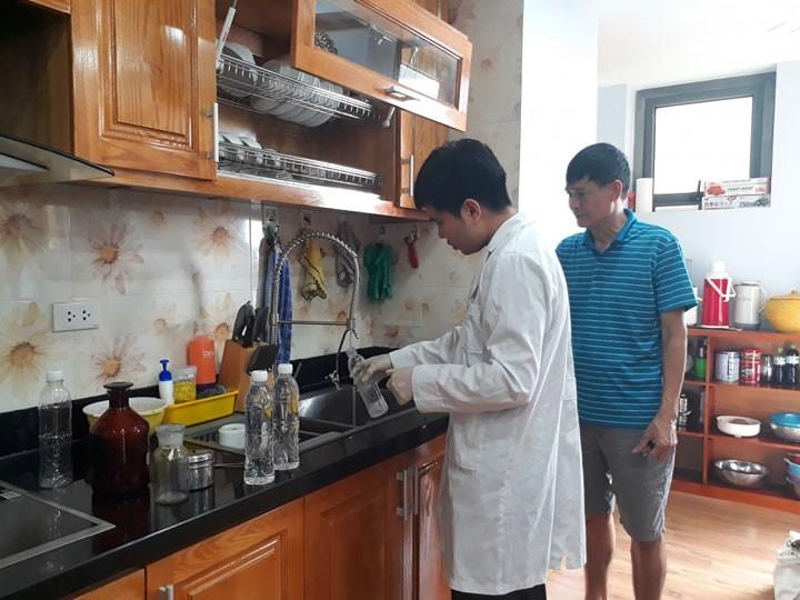 Đoàn kiểm tra của Sở Y tế Hà Nội lấy mẫu nước tại hộ gia đình ngày 19/10.