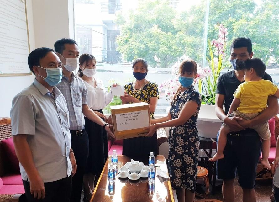 Nhiều đơn vị đã đến tặng quà, hỗ trợ gia đình du khách kẹt lại thành phố vì dịch bệnh. Ảnh: VGP/Lưu Hương