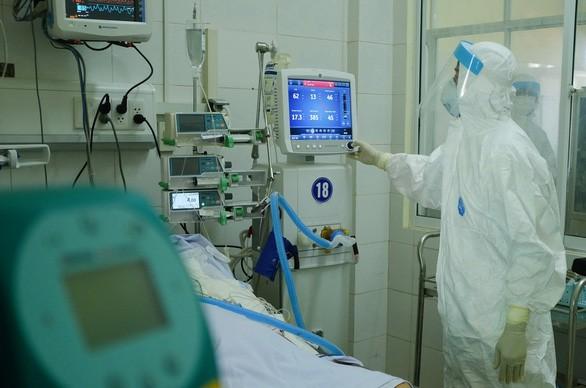 Bác sĩ chữa trị cho bệnh nhân COVID-19 tại Bệnh viện Phổi Đà Nẵng - Ảnh: Tuổi trẻ