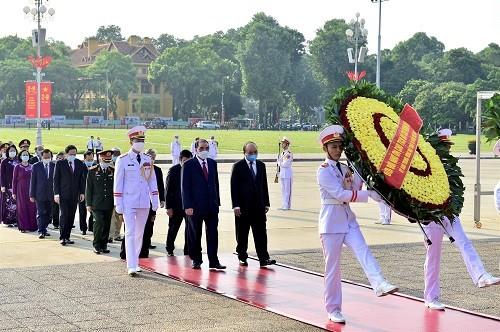Lãnh đạo Đảng, Nhà nước vào Lăng viếng Chủ tịch Hồ Chí Minh - Ảnh: VGP/Đoàn Bắc
