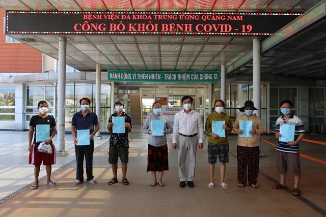 Bệnh nhân Covid-19 xuất viện tại BVĐK TƯ Quảng Nam - Ảnh: Đại đoàn kết