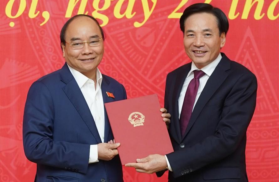 Thủ tướng Nguyễn Xuân Phúc trao quyết định bổ nhiệm Phó Chủ nhiệm VPCP cho đồng chí Trần Văn Sơn. Ảnh: VGP/Quang Hiếu