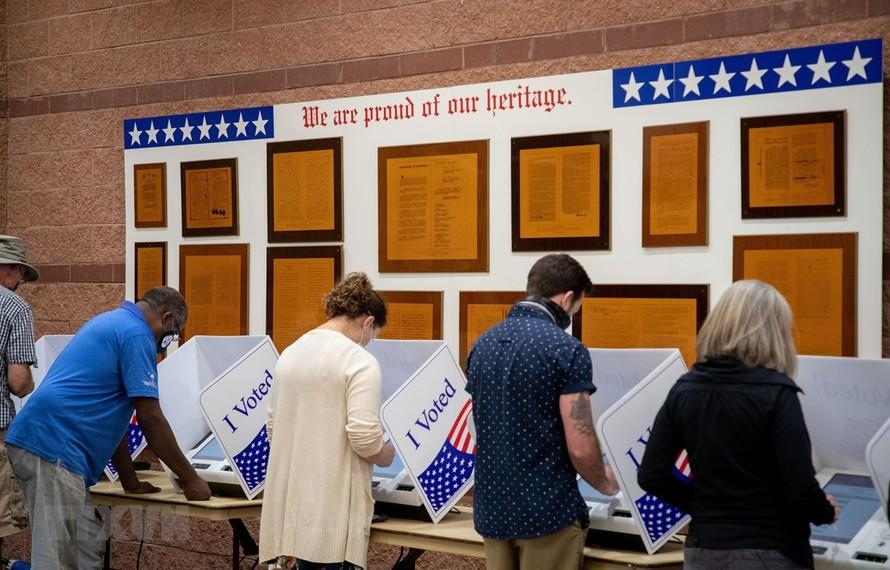Cử tri bỏ phiếu sớm bầu Tổng thống Mỹ tại điểm bầu cử ở bang Nam Carolina ngày 16/10/2020. (Ảnh: AFP/TTXVN)