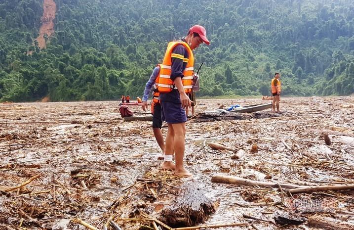 Thi thể được tìm thấy cách hiện trường vụ sạt lở gần 3 km - Ảnh: VietNamNet