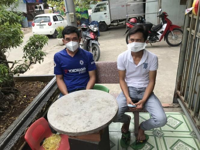 Đối tượng Hùng (áo xanh) và Hập bị bắt giữ khi đang lẫn trốn ở tỉnh Bình Dương - Ảnh: Tiền phong