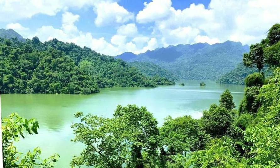 Hồ Ba Bể nằm ở trung tâm Vườn Quốc gia Ba Bể, thuộc xã Nam Mẫu, huyện Ba Bể - Ảnh: Backan.gov
