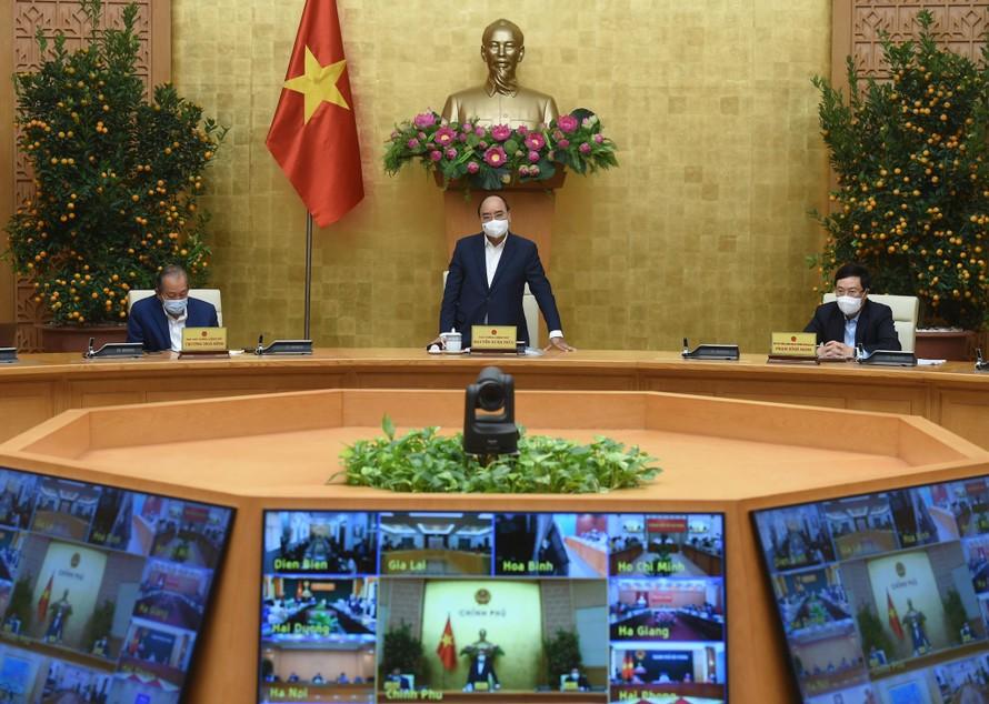 Thủ tướng Nguyễn Xuân Phúc: Bảo vệ sức khỏe nhân dân rất quan trọng nhưng không thể vì chống dịch mà ảnh hưởng đến sản xuất kinh doanh, giải quyết việc làm cho người dân. Ảnh: VGP/Quang Hiếu