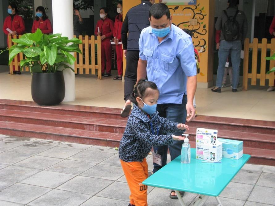 Học sinh chủ động sát khuẩn tay trước khi vào lớp - Ảnh: Báo Giáo dục & Thời đại