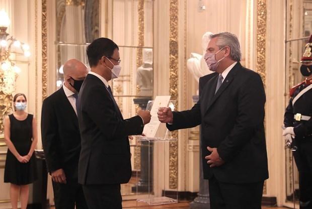 Tổng thống Alberto Fernandez chào Đại sứ Dương Quốc Thanh sau khi nhận Quốc thư. (Ảnh: TTXVN phát)