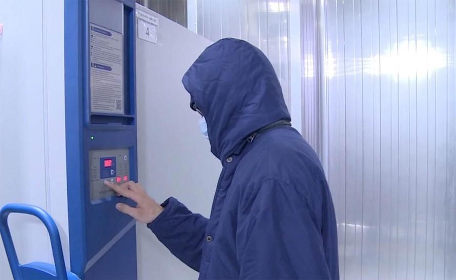Nhân viên VNVC Đà Nẵng điều chỉnh nhiệt độ kho lạnh bảo quản vaccine - Ảnh: VOV