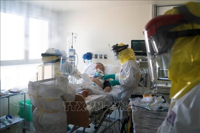 Nhân viên y tế chăm sóc bệnh nhân COVID-19 tại bệnh viện ở Madrid, Tây Ban Nha. Ảnh: AFP/TTXVN