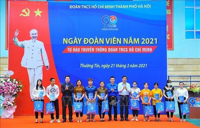 Đại diện Thành đoàn Hà Nội trao tặng quà cho các công nhân có hoàn cảnh khó khăn. Ảnh: Minh Đức/TTXVN