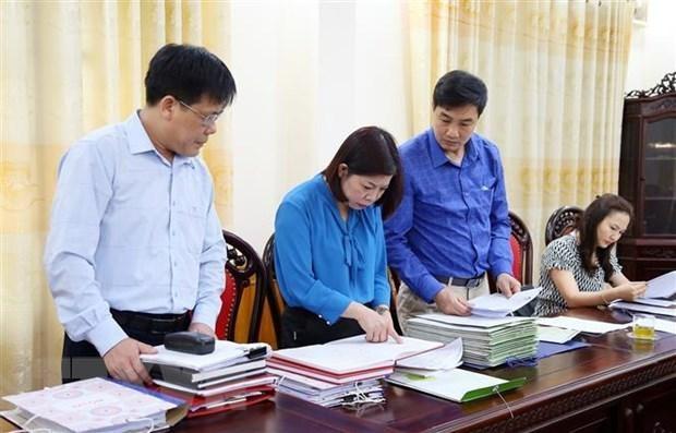 Đoàn công tác kiểm tra việc ban hành các văn bản lãnh đạo, chỉ đạo bầu cử và hồ sơ người ứng cử đại biểu Hội đồng Nhân dân các cấp tại thị xã Phú Thọ. (Ảnh: Trung Kiên/TTXVN)