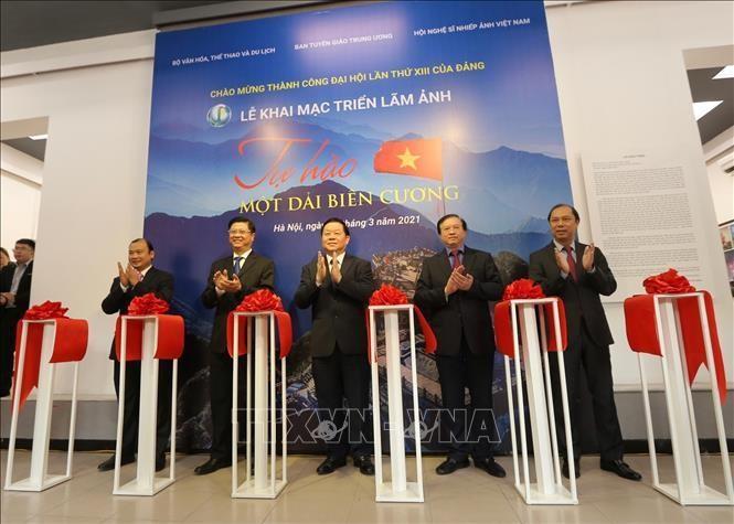 Trưởng Ban Tuyên giáo Trung ương Nguyễn Trọng Nghĩa và các đại biểu cắt băng khai mạc triển lãm. Ảnh: Hoàng Hiếu/TTXVN
