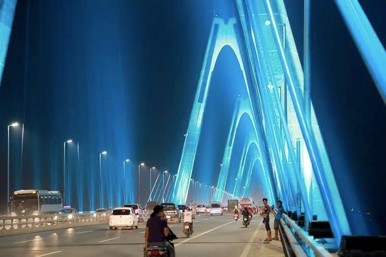 Vì sao cầu Nhật Tân thắp đèn màu xanh lơ?