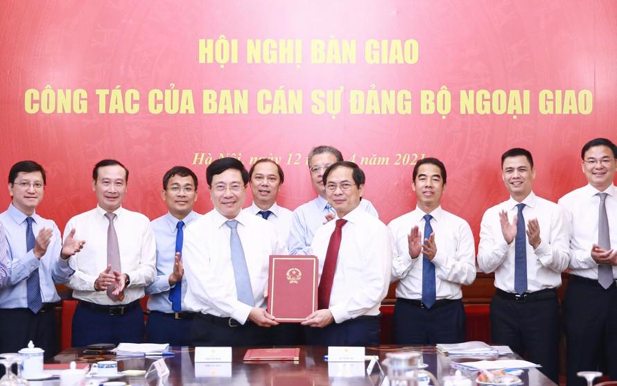 Phó Thủ tướng Phạm Bình Minh, nguyên Bộ trưởng Bộ Ngoại giao, và tân Bộ trưởng Bộ Ngoại giao Bùi Thanh Sơn bàn giao công tác. Ảnh: VGP/Hải Minh