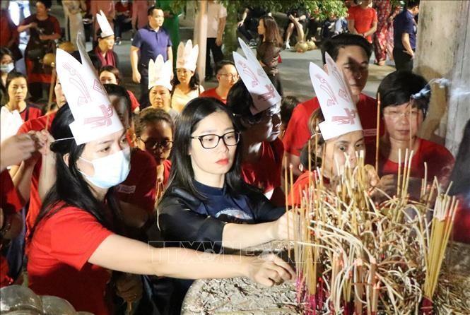 Du khách dâng hương tưởng niệm các vua Hùng tại đền Thượng. Ảnh: Trung Kiên/TTXVN