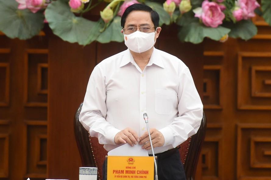 Thủ tướng Phạm Minh Chính chủ trì cuộc họp khẩn về phòng chống COVID-19. - Ảnh: VGP