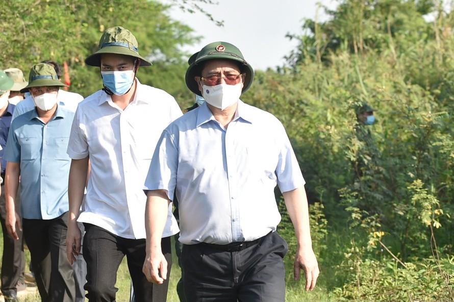 Với tinh thần hết sức kỹ lưỡng, chi tiết, cụ thể, sâu sát, Thủ tướng Phạm Minh Chính đã đích thân đến thị sát, trực tiếp kiểm tra công tác kiểm soát và quản lý biên giới tại Đồn biên phòng Vĩnh Ngươn, thuộc thành phố Châu Đốc, tỉnh An Giang. Ảnh VGP/Nhật Bắc