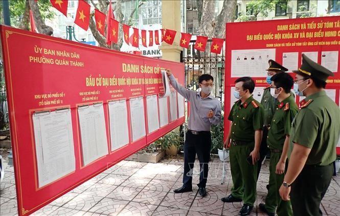 Công an quận Ba Đình, Thành phố Hà Nội đảm bảo chủ động từ sớm, từ xa để công tác bảo vệ Ngày bầu cử được an toàn trong mọi tình huống tại điểm bầu cử ở phường Quán Thánh. Ảnh: Anh Tuấn/TTXVN