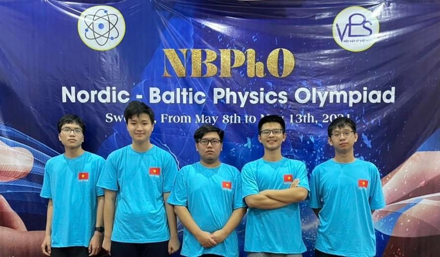 Sẵn sàng cho ngày hội lớn Đội tuyển học sinh Hà Nội tham dự kỳ thi Olympic vật lý Bắc Âu - Baltic năm 2021.
