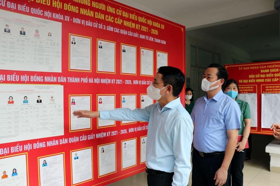 Lãnh đạo Ủy ban nhân dân Thành phố Hà Nội kiểm tra công tác phòng chống COVID-19 tại điểm bầu cử phường Quan Hoa, quận Cầu Giấy (Hà Nội). Ảnh V.Tôn