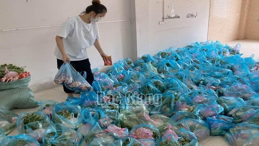 Nông sản thực phẩm bố mẹ gửi lên, Huyền đóng thành từng túi đủ cho 2 ngày ăn.