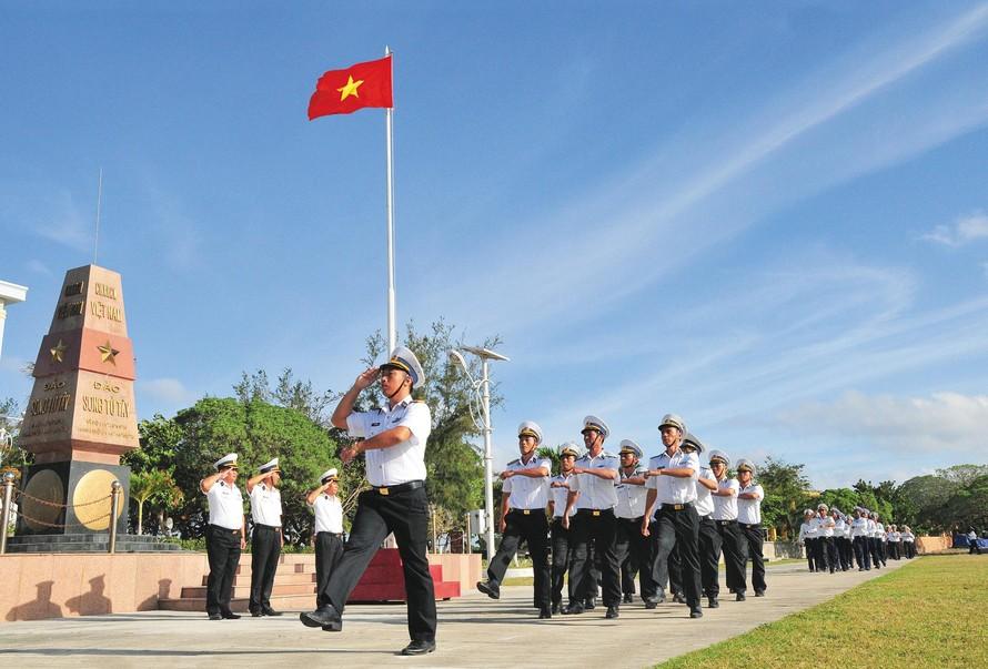 Lễ Chào cờ trên đảo Song Tử Tây (huyện đảo Trường Sa, tỉnh Khánh Hòa)_Ảnh: Vĩnh Thành
