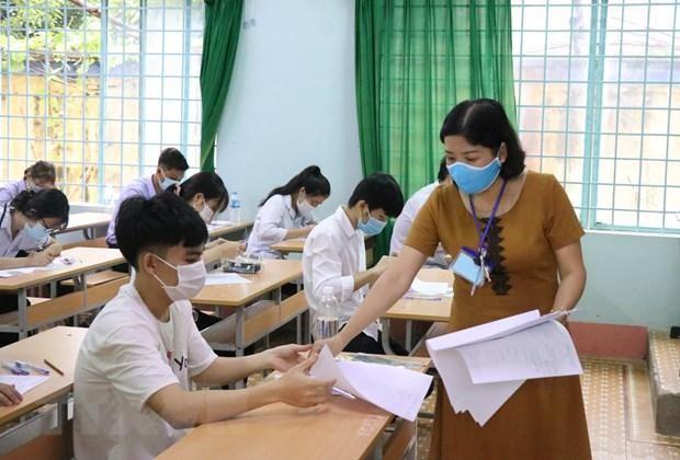 Cán bộ coi thi phát giấy thi cho thí sinh tại Điểm thi Trường trung học phổ thông Chu Văn An, thành phố Buôn Ma Thuột, Đắk Lắk, trong Kỳ thi tốt nghiệp THPT 2020 (Ảnh tư liệu).