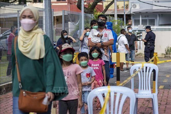 Người dân chờ xét nghiệm COVID-19 ở Klang, bang Selangor, Malaysia, ngày 30/5/2021. Ảnh: THX/TTXVN