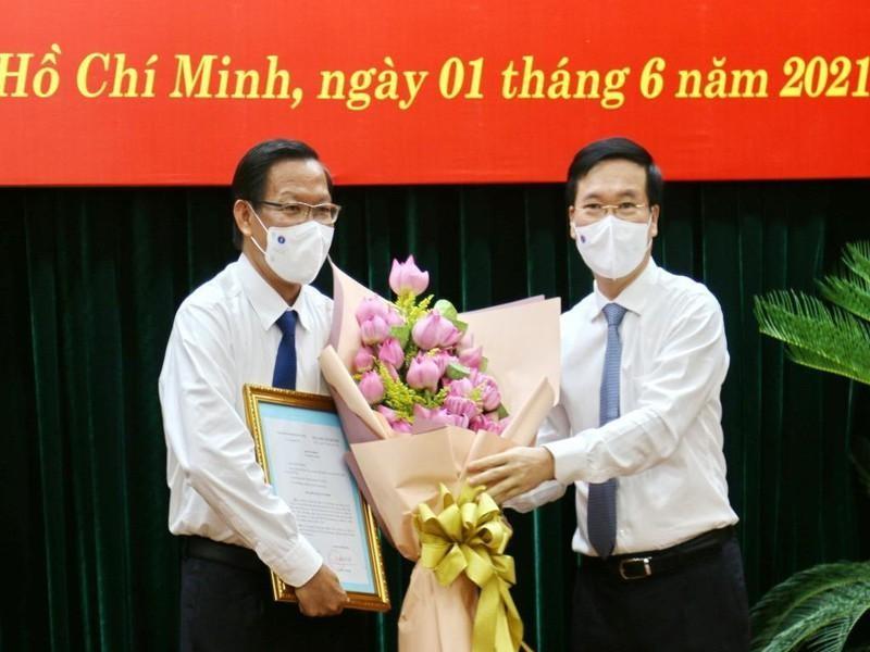 Đồng chí Võ Văn Thương trao quyết định và chúc mừng đồng chí Phan Văn Mãi