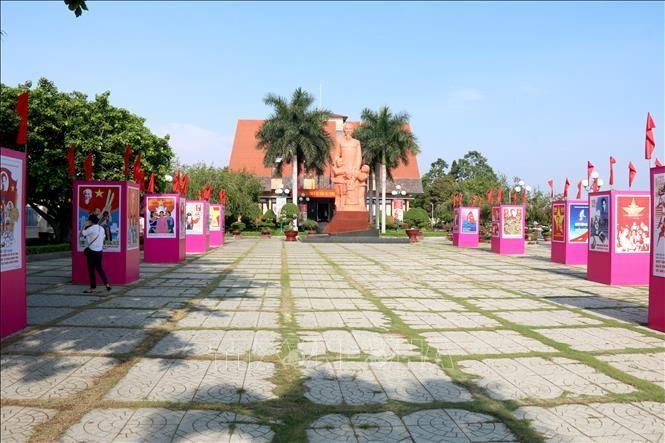 Người dân xem triển lãm tranh cổ động kỷ niệm 110 năm Ngày Bác Hồ ra đi tìm đường cứu nước tại khuôn viên Bảo tàng Hồ Chí Minh chi nhánh Bình Thuận. Ảnh: Nguyễn Thanh/TTXVN