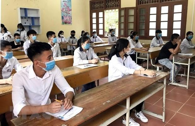 Thầy và trò lớp 12 Trường THPT Trần Phú (thành phố Vĩnh Yên, tỉnh Vĩnh Phúc) thực hiện nghiêm các quy định về phòng chống dịch COVID-19 trong lớp học. Ảnh: Nguyễn Thảo/TTXVN